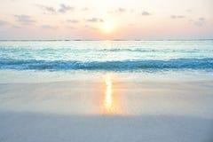 日出的绿松石海洋在热带海岛 库存图片