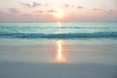 日出的绿松石海洋 免版税库存图片