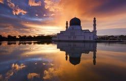 日出的美丽的亚庇市清真寺在沙巴,马来西亚 库存照片