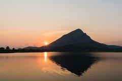 日出的美丽的山湖 免版税库存图片