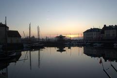 日出的翁夫勒的老港口 免版税库存照片