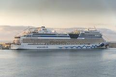 日出的阿伊达史特拉在从女王伊丽莎白的帕尔马港口 库存照片