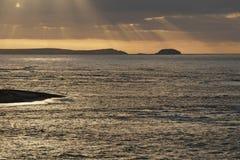 日出的风大浪急的海面 免版税图库摄影