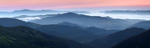 日出的风景在高山的 与美好的光的浓雾 放松的地方在喀尔巴阡山脉的公园 Hoverla 免版税库存照片