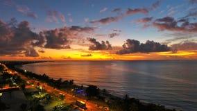 日出的鸟瞰图在海滩的 巨大海滩场面 免版税库存照片