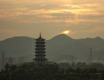 日出的龙泉塔在一多云天 免版税库存图片