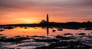 日出的,东北英格兰圣玛丽的海岛 免版税库存图片