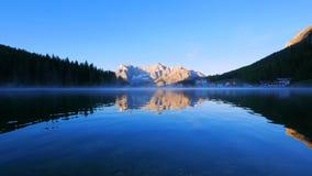日出的,白云岩山,意大利湖Misurina 股票视频