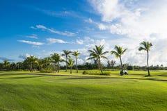 日出的,蓝天美好的早晨全景高尔夫球场 免版税图库摄影