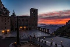 日出的, Bacelona -西班牙圣玛丽亚de蒙特塞拉特修道院 免版税库存照片