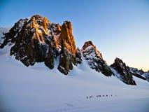 日出的登山人 图库摄影