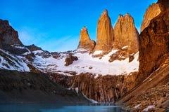 日出的Mirador托里斯在巴塔哥尼亚的托里斯del潘恩国家公园,智利 免版税图库摄影