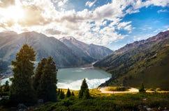 日出的Mountain湖 免版税库存图片