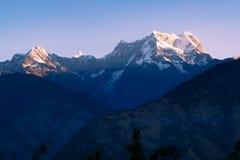日出看法在uttrakhand Garhwal喜马拉雅山的Chaukhamba峰顶的从Deoria Tal露营地的 免版税库存图片