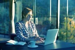 日出研究计算机的早晨观点的自由职业者的职业人 免版税库存图片
