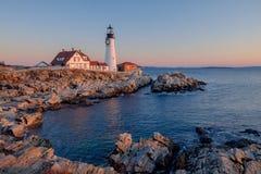 日出第一光芒击中转动岩石的缅因海岸 免版税库存图片