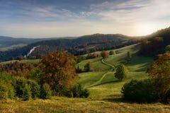 日出美丽的景色在秋天Pieniny山的 图库摄影