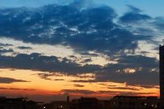 日出美好与在城市的云彩 免版税图库摄影
