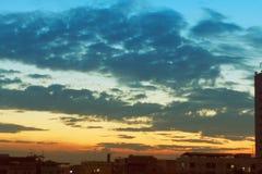 日出美好与在城市的云彩 图库摄影