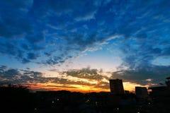 日出美好与在城市的云彩 库存照片