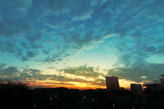 日出美好与在城市的云彩 库存图片