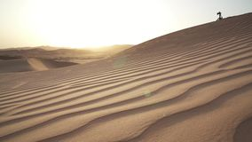 日出股票英尺长度录影的美丽的磨擦Al Khali沙漠 股票录像