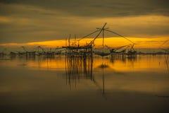 日出背景用捕鱼设备 免版税库存图片
