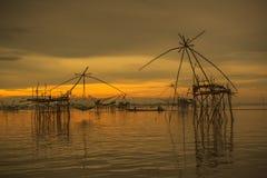 日出背景用捕鱼设备 免版税库存照片