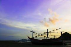 日出船和小船在海滩 图库摄影