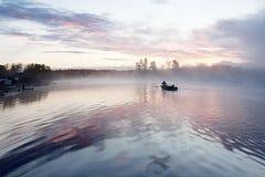 日出薄雾小船 库存图片