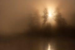 日出薄雾水 免版税图库摄影