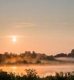 日出薄雾 库存照片