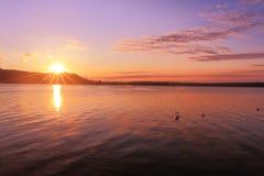 日出通过湖启发放松和安静 免版税库存图片