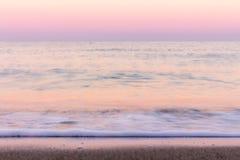 日出颜色在海水迷离反射了 库存图片