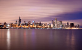 日出颜色天空密歇根湖芝加哥伊利诺伊市地平线 免版税库存图片