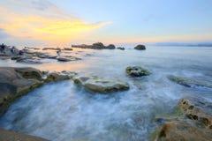 日出风景由岩石海岸的在北台湾 免版税图库摄影