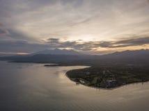 日出鸟瞰图与龙目岛的在背景中 免版税库存照片