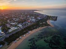 日出鸟瞰图在布赖顿海滩海岸线的 墨尔本, A 库存照片