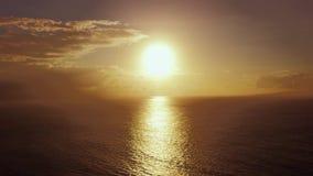 日出鸟瞰图英尺长度在海洋上的 股票录像