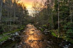 日出,一点河,大烟雾弥漫的山脉 免版税图库摄影