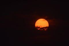 日出,大,通过低云 黎明 免版税库存图片