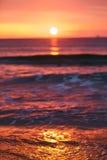 日出轻发光在海浪 图库摄影