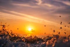 日出轻发光在海浪 免版税库存图片