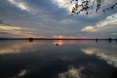 日出21 5 2014年在JuojA¤rvii湖,芬兰 库存图片