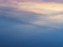 日出水表面上的天空反射抽象背景  免版税库存照片
