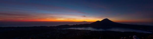 日出Penorama在登上Batur火山顶部的 免版税图库摄影