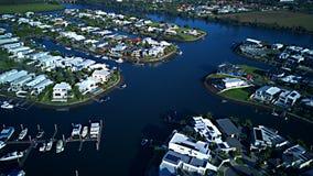 日出RiverLiinks运河庄园英属黄金海岸草玩耍区域在Coomera河旁边的议院庄园 库存照片