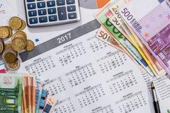 日历、笔被安置的欧元票据和计算器 免版税库存图片