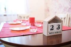 日历与日期在桌背景的11月23日 庆祝2017年的感恩 复制空间 免版税图库摄影