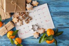 日历与甜点的12月圣诞节 免版税库存照片